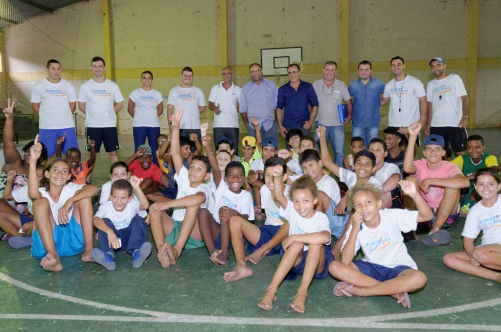 Alunos e professores do Brincando com Esporte em Sapucaia recebem o deputado Celso Jacob